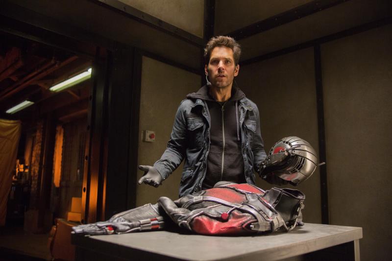 地下室でアントマンスーツを見つけたスコット