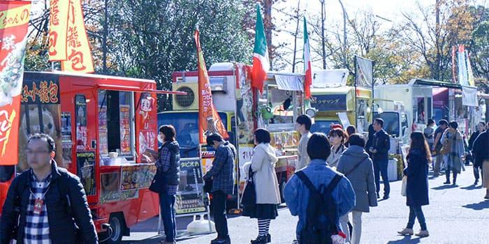 クリマの会場外に集まるフード販売車