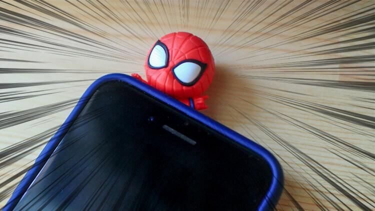 スパイダーマンのマスコット付きスマホケース