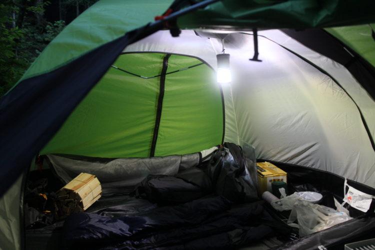 テントの中に吊るしたLEDライト