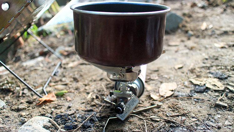 コンパクトバーナーにティファールの鍋を載せてお湯を沸かす