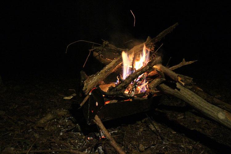薪を燃やしてキャンプスタート