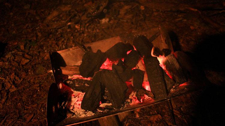 焚き火台の炭に火をつける
